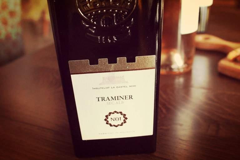 Castel Mimi Traminer – parfumat, uor de vară. Un pahar cu litchii